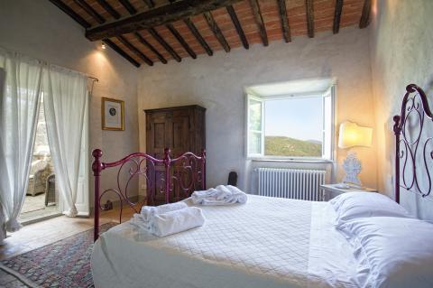 Ruime slaapkamer van Villa Vicolo met ruim balkon