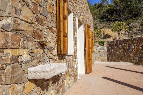 Natuurstenen villa, met lokaal steen van Elba