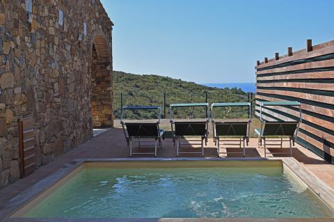 Villa met jacuzzi en zonneterras, geen zwembad maar ruime jacuzzi om af te koelen in de zomer en bij te komen in koelere periodes (want verwarmbaar)
