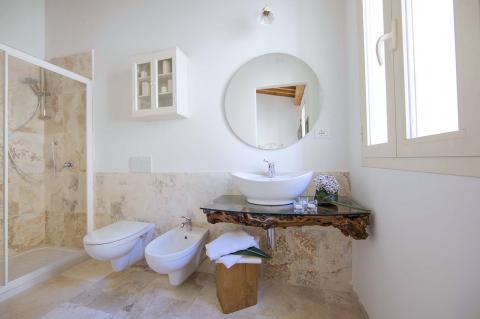 Bakamer met wastafel van natuurhout