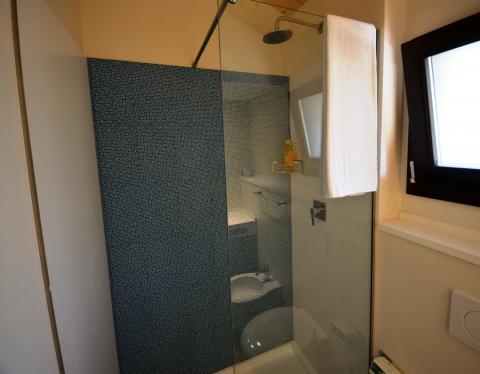 Moderne, badkamers met douche.