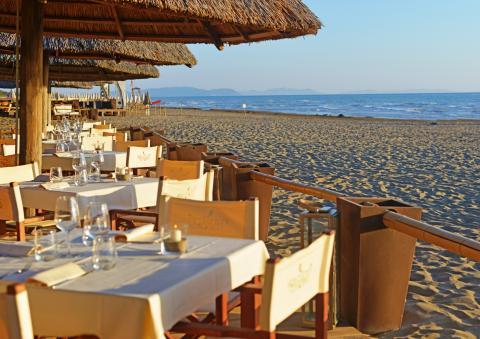 Restaurant op het strand, diner bij zonsondergang