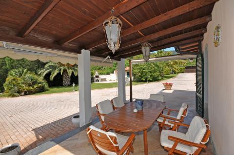 Villa mit mehreren Terrasse und Veranden