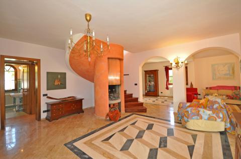 Geräumiges Wohnzimmer mit mehreren Sitzecken