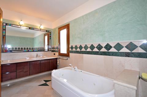 Eines der Badezimmer mit Badewanne ausgestattet