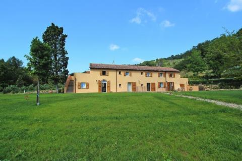 Villa met 4 appartementen en ruimte tuin