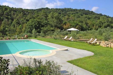 Zwembad met kinderbad in groen Toscane