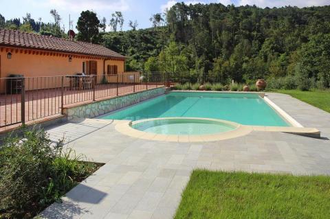 Vakantiewoningen met zwembad, ruim terras Livorno