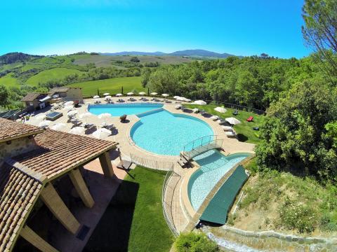 Luxe resort met zwembad en kinderbad