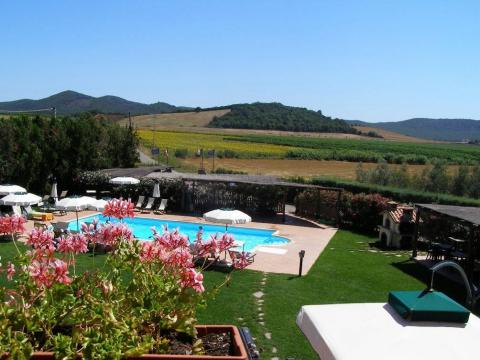 Pool mit toskanischer Landschaft im Hintergrund