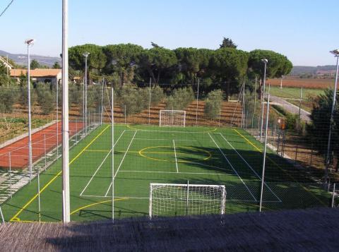 Tennisbaan/voetbalveld en jeu de boules baan