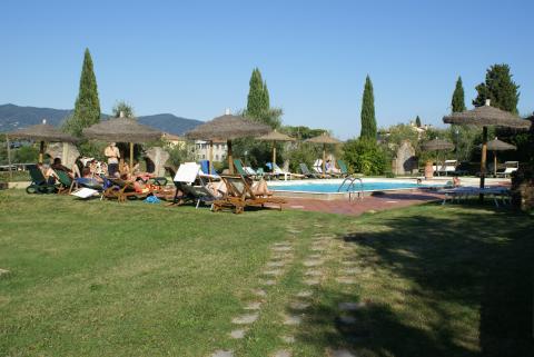 Pool mit Liegestühlen und Sonnenschirmen