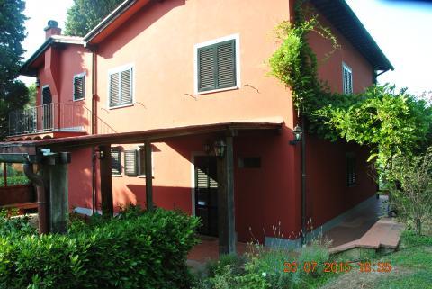 Ruim terras met veranda bij de villa