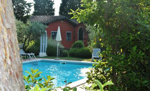 De grote villa met zwembad en buitendouche.