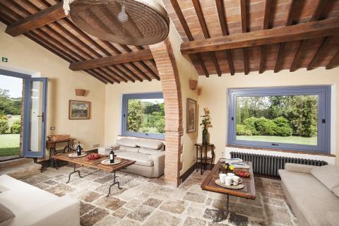 Ruime gezamenlijke lounge van de villa