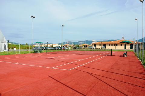 Tennisbaan van het vakantiepark in Toscane