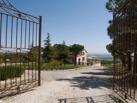 Toskanischen Villa komplett mit Zaun umgeben